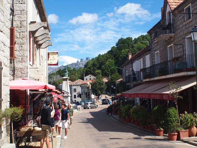 La rue principale de Zonza où vous trouverez restaurants, glaciers, commerces et services
